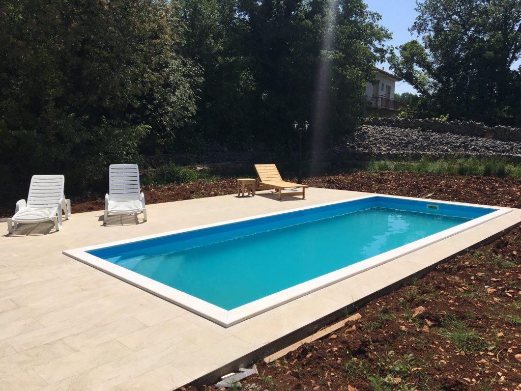 Modrý bazén MODERN hranatý s bielym lemom