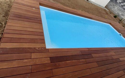 Biely bazén hranatý MODERN s rohovými schodíkmi a lavičkou