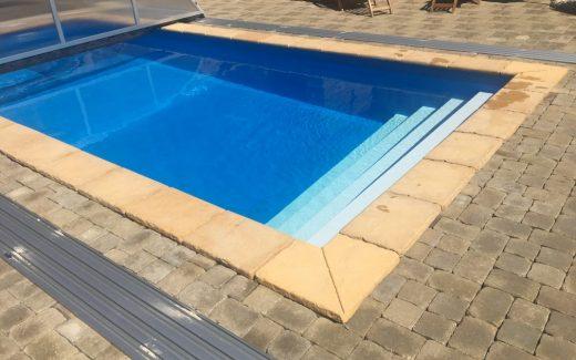 Modrý bazén MODERN s bielymi schodíkmi