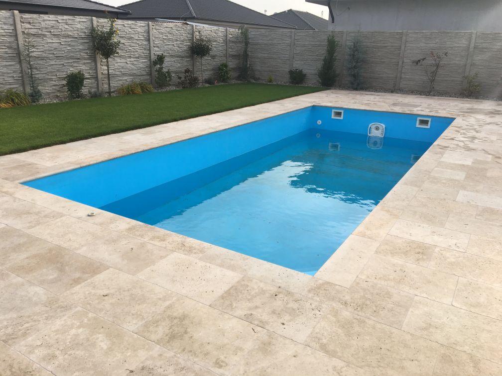Modrý bazén MODERN s lemom a dlažbou z travertínu