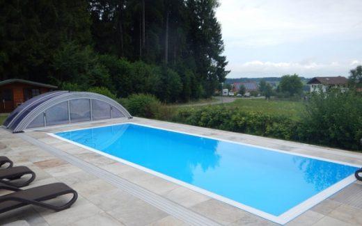 Svetlo modrý prelivový bazén