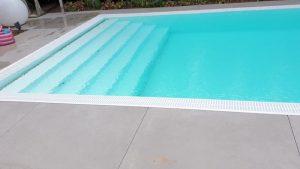 Biely prelivový bazén